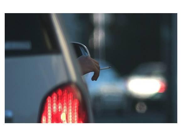 ¿Está prohibido fumar en el coche?