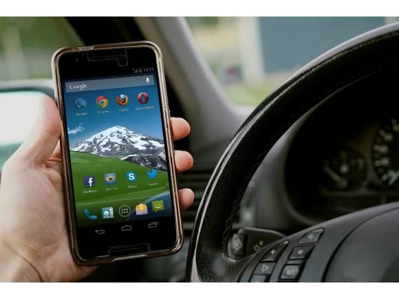 La DGT endurece las normas: más puntos por usar el móvil o no llevar el cinturón