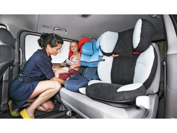 Niños en el coche: ¿es bueno usar alzadores con respaldo?