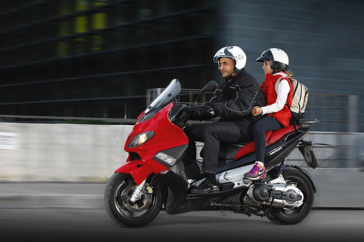 llevar niños en moto