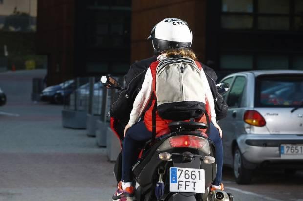 Vuelta al cole durante el coronavirus: cómo llevar al niño en moto