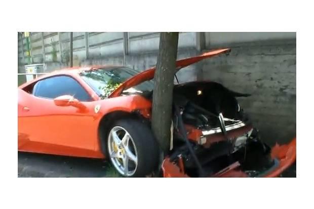 Vídeo: Ferrari 458 Italia estrellado contra un árbol