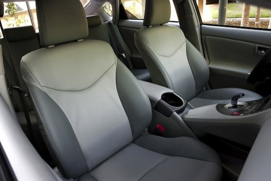 Los asientos de serie cuentan ahora con una mezcla de tela y cuero de más calidad.