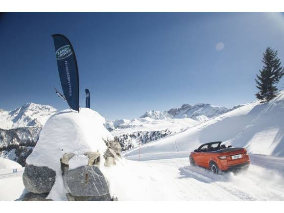 El Evoque Convertible muestra su capacidad 4x4 en la nieve