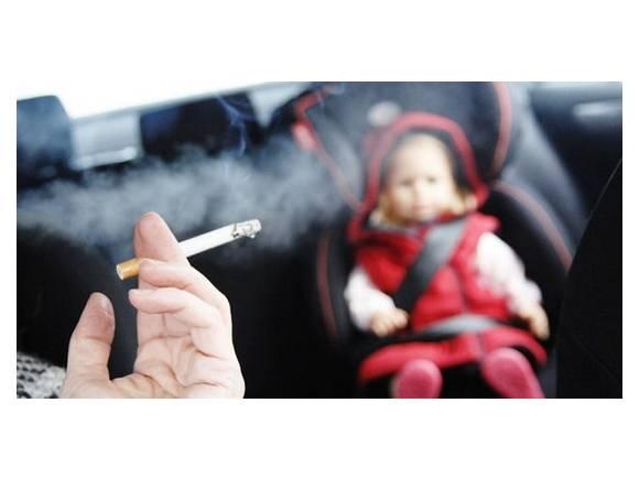 Fumar en el coche: distracción evitable