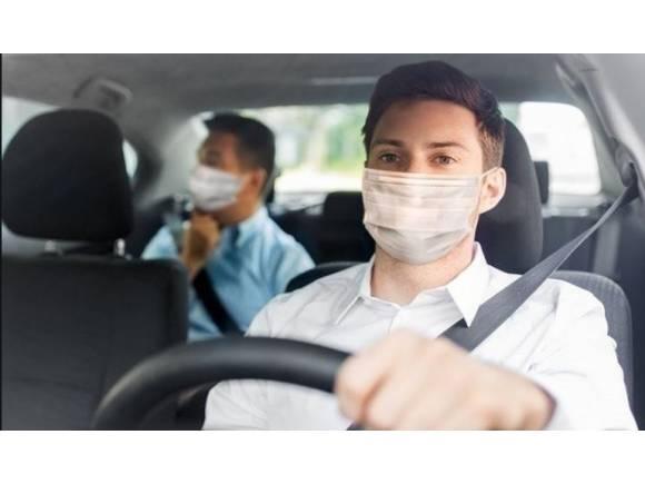 ¿Pueden multarme por usar la mascarilla en el coche?