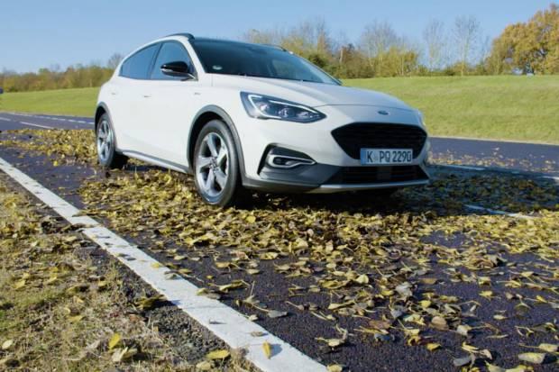Video: ¿Resbalan más las hojas caídas o la nieve en la conducción?