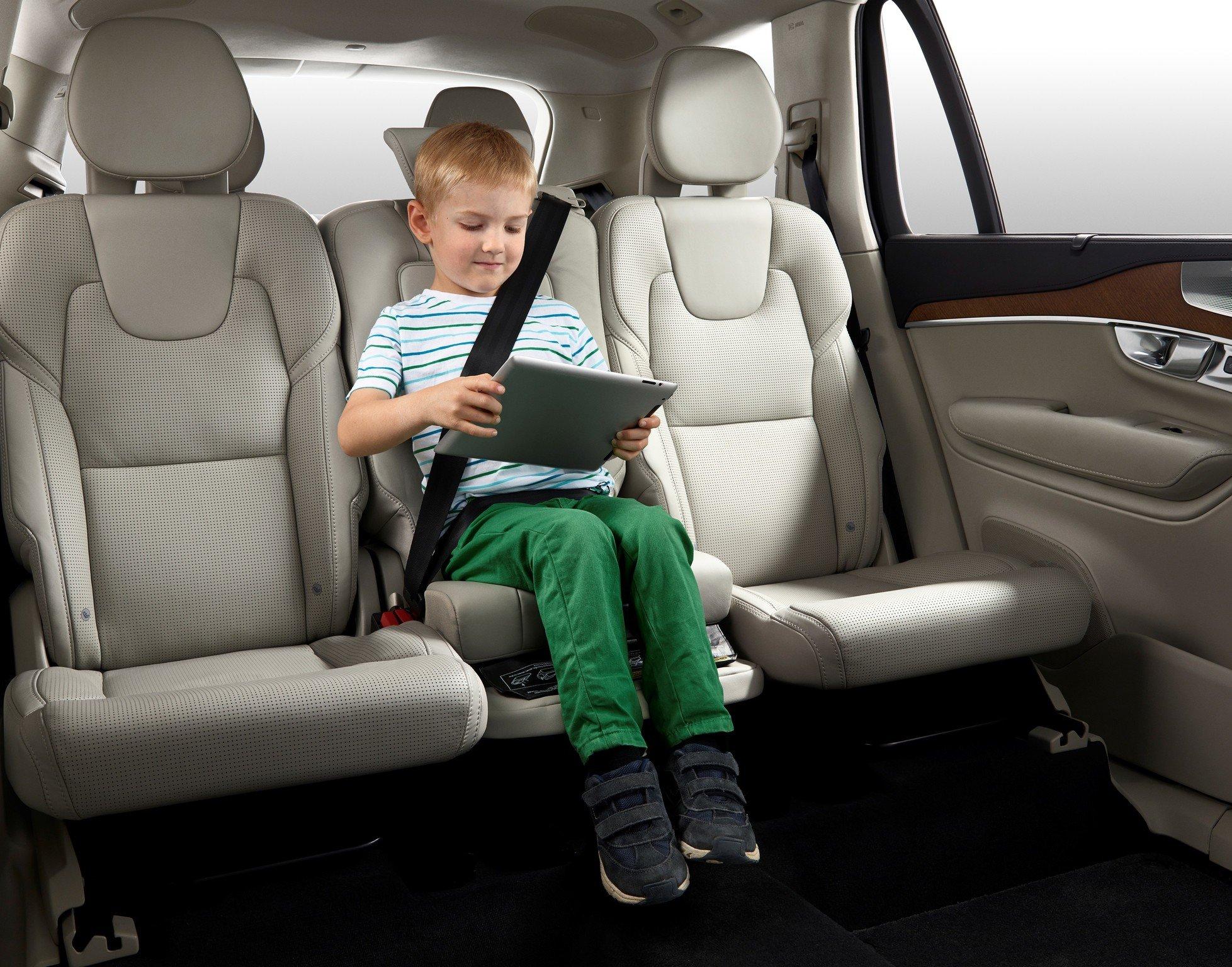 Niño interior coche