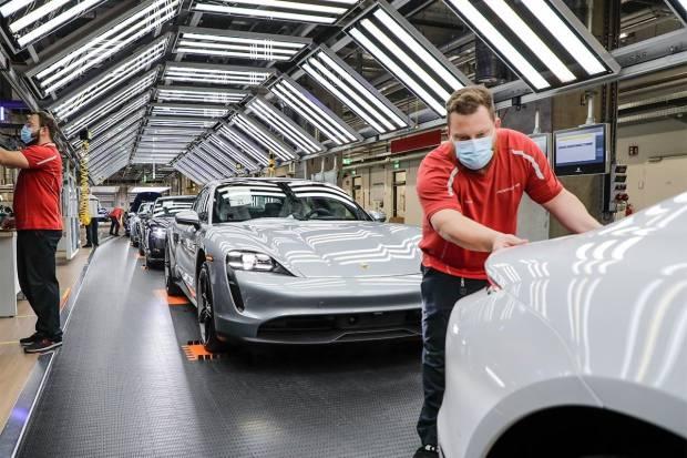 ¡Llegan los refuerzos! Porsche ficha a 400 trabajadores de Audi para el Taycan