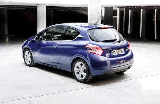 El diseño es puramente Peugeot, pero el 208 tiene muchos más detalles y adornos que el 207.