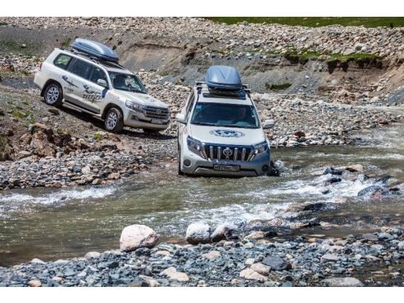 Dos Toyota Land Cruiser suben el Everest hasta 5.374 metros
