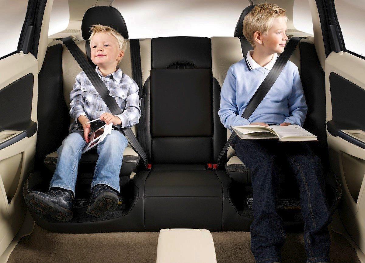 Alzadores con respaldo para niños en el coche