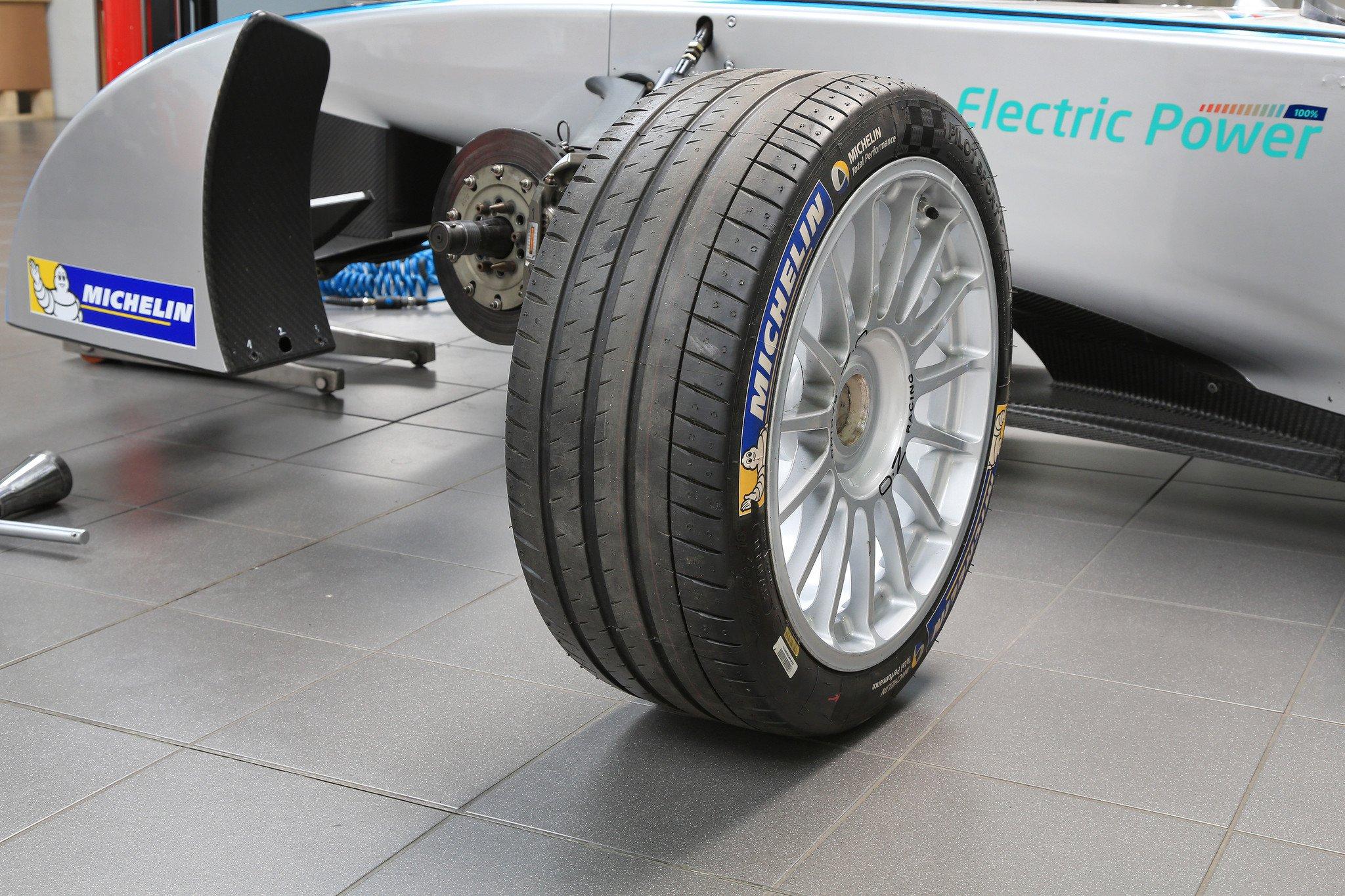 michelin pilot sport 4 el neum tico para coches deportivos. Black Bedroom Furniture Sets. Home Design Ideas