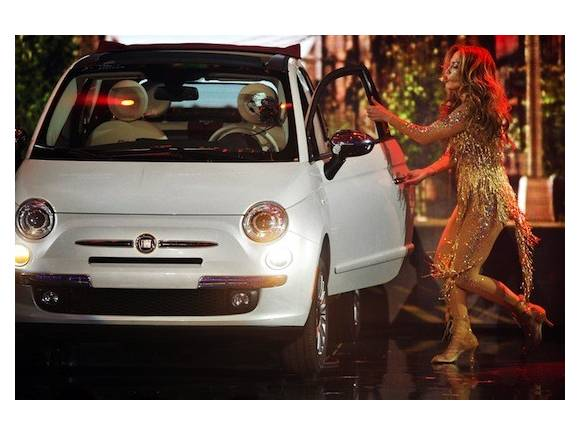 Jennifer Lopez sube un Fiat 500 al escenario