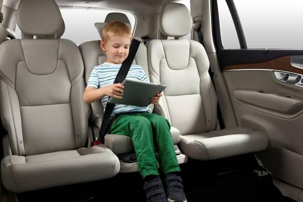 ¿Dónde coloco la silla infantil en el coche?