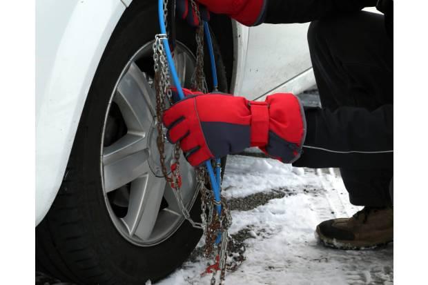 Más de la mitad de los conductores no sabe poner las cadenas de nieve