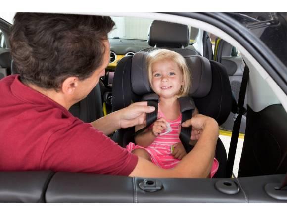 Llevar a los niños seguros en el coche cuesta entre 300 y 1.300 euros