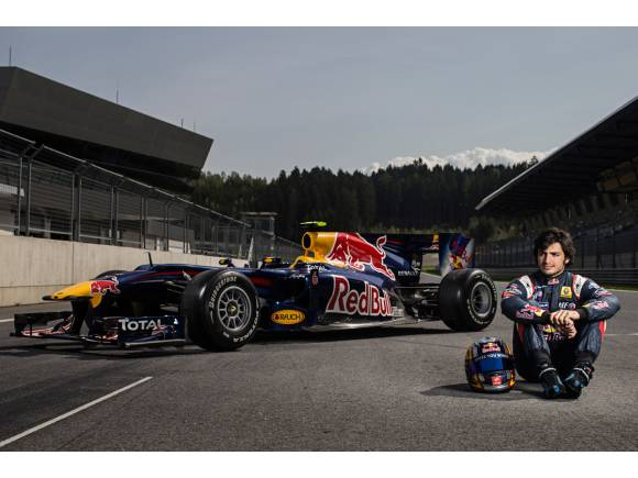 Video: Carlos Sainz Jr. circula con el Red Bull por un centro comercial