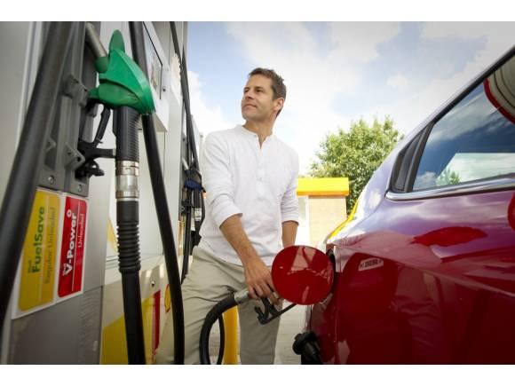 Llenar un depósito de gasolina, 15 euros más caro que hace un año