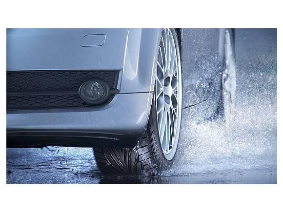 Conducir con lluvia: cómo reaccionar ante una tromba de agua