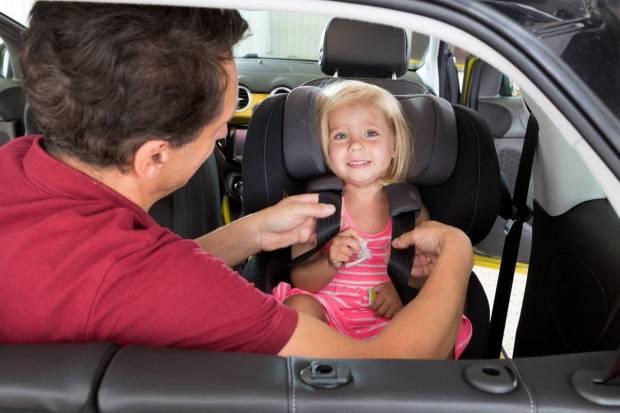 Cómo colocar correctamente el asiento de seguridad infantil en el coche