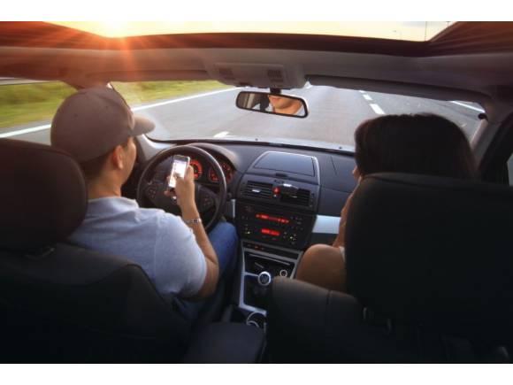 Fomento permite que dos personas vayan en el mismo coche durante el estado de alarma