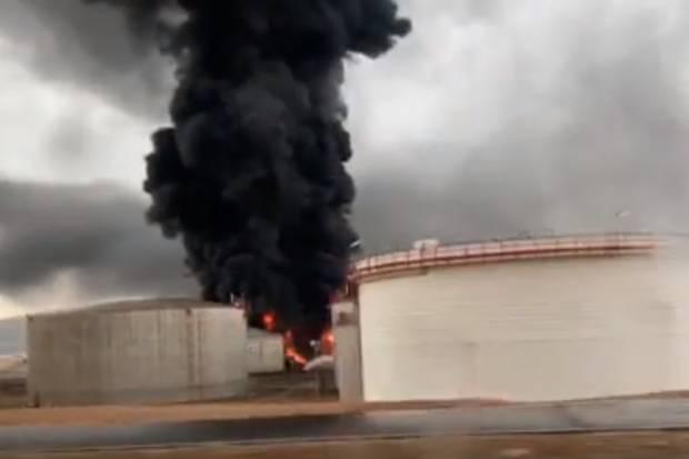 Fuego en Repsol Puertollano por el impacto de un rayo en un tanque de gasoil