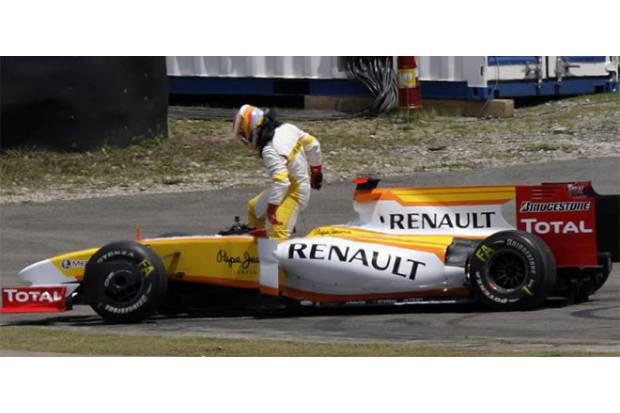 Alonso saliendo de su coche después de la colisión con Sutil