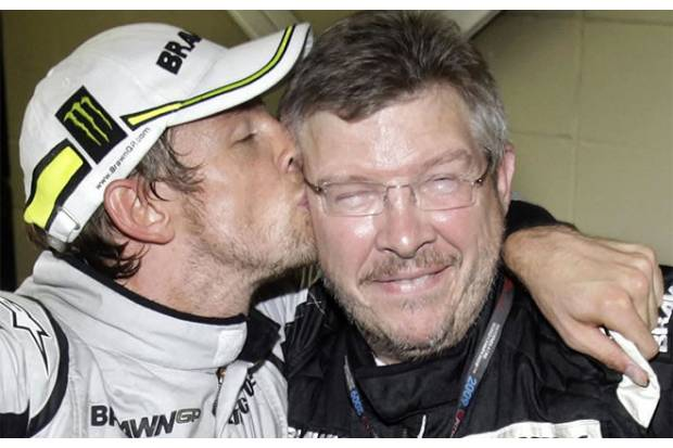 Jeson Button celebra la victoria con Ross Brawn