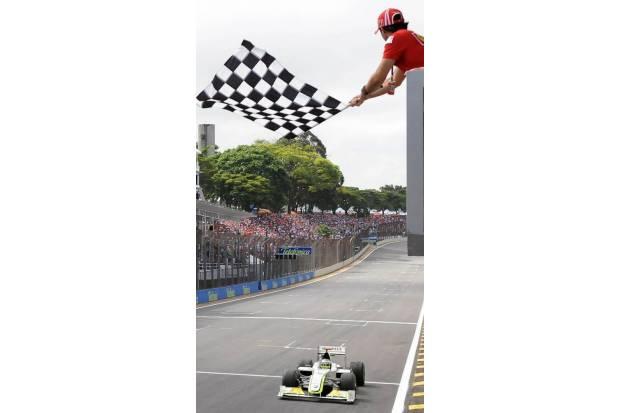Massa fue el encargado de sacar la bandera de cuadros