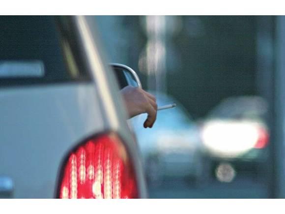 Prohibido fumar en la calle por los rebrotes de COVID-19: ¿y en el coche se puede fumar?