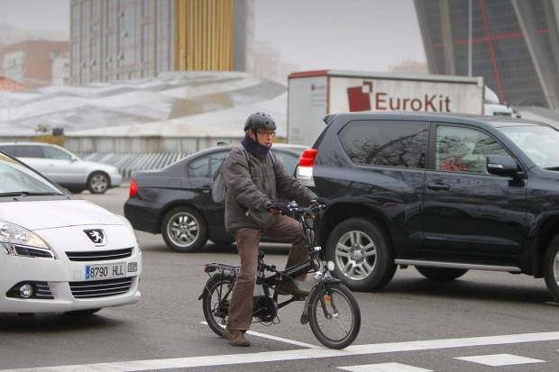 La DGT impone reducir en 20 km/h la velocidad para adelantar a ciclistas