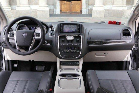El interior también recibe el toque Lancia con un aspecto con clase y materiales de tacto agradable.