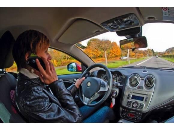 El seguro podría reclamar los daños por accidentes por usar el móvil