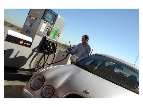 Hablar por el móvil en la gasolinera: 200 euros y 3 puntos