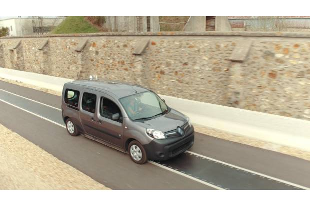 Renault ensaya un sistema de recarga en marcha para coches eléctricos