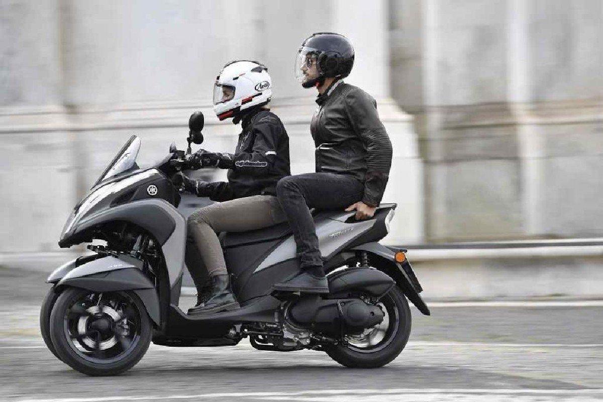 dos personas en moto