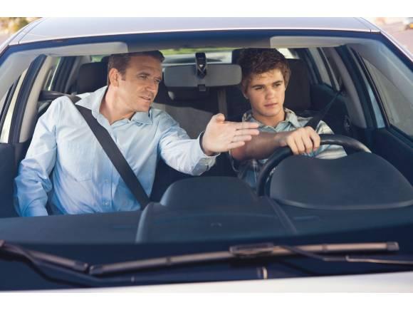 Conducir coche a los 17 años en España: ¿es posible?