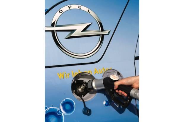 El incendio y el coche con la gasolina