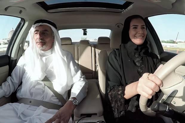 Video: Mujeres de Arabia Saudita comienzan a conducir con una sorpresa