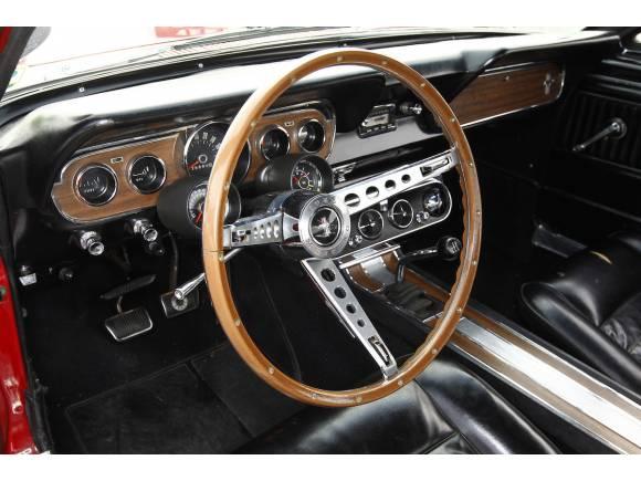 Paseo con el Ford Mustang GT de 1966 y de 2015