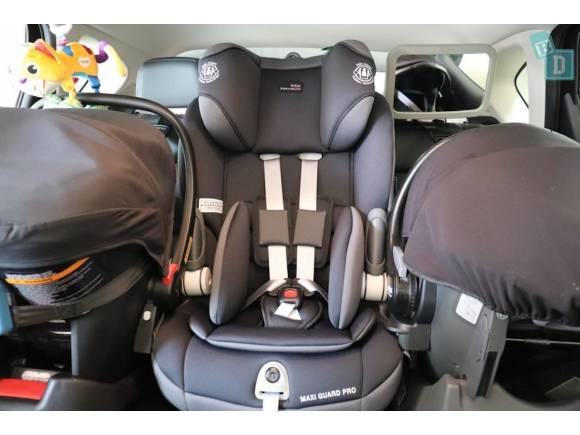 Cómo poner tres sillas infantiles en el coche