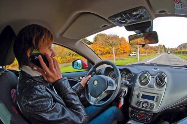 Tráfico prevé endurecer las sanciones por el uso del móvil mientras se conduce.