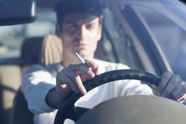 Tirar una colilla de cigarrillo por la ventana del coche: multas y pérdida de puntos