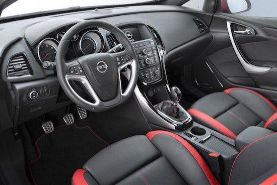 El interior del Astra 2.0 BiTurbo CDTI también tiene detalles deportivos exclusivos.