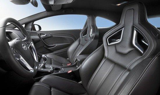 El interior del Astra OPC cuenta con asientos Recaro epeciales.