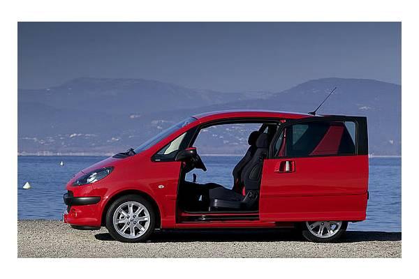 Peugeot 1007 me ofrecen un km0 lo compro for Coches con puertas correderas