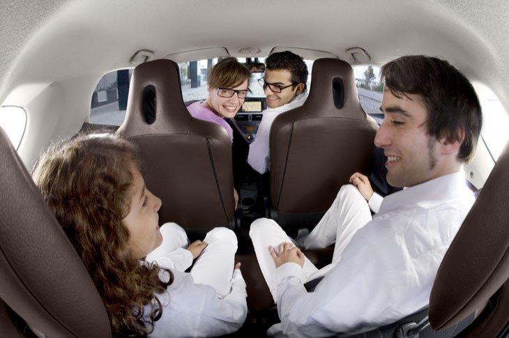 El espacio tras el conductor es más reducido, pero pueden viajar tres adultos y un nió cómodamente.