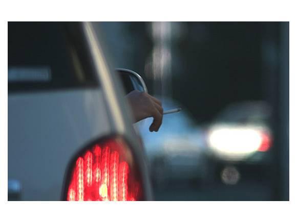 ¿Me podrán multar por fumar o comer en el coche?