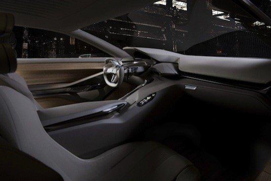 Interior con materiales naturales y un puesto de conducción adaptable al estilo de conducción.